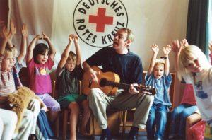 Paul-singt-mit-Kindern